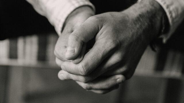 Händer som är knutna i bön
