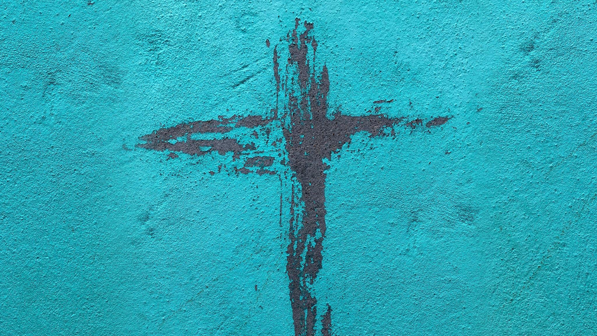 Målat kors på en blå vägg