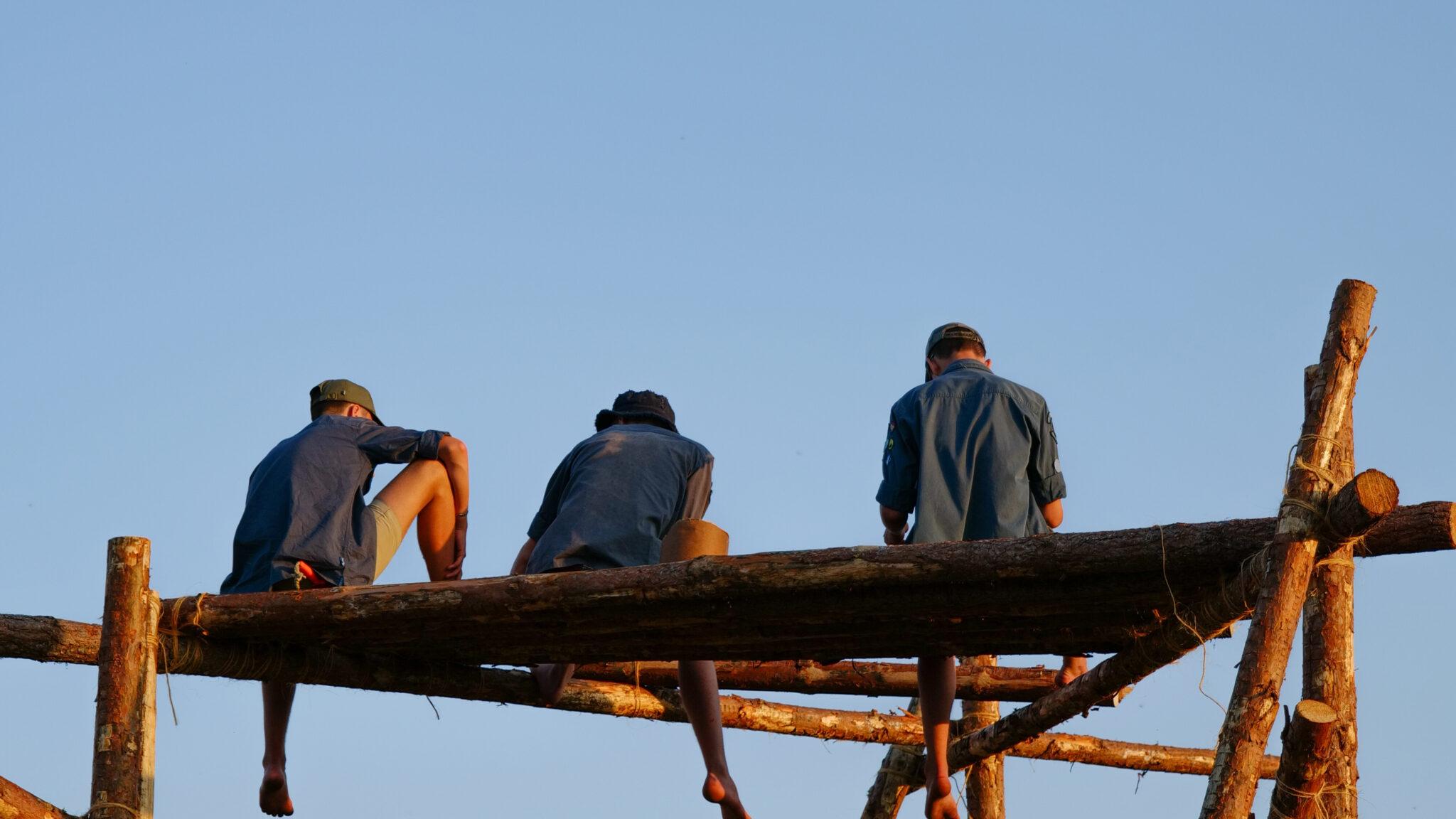 Scouter på en surrad platå