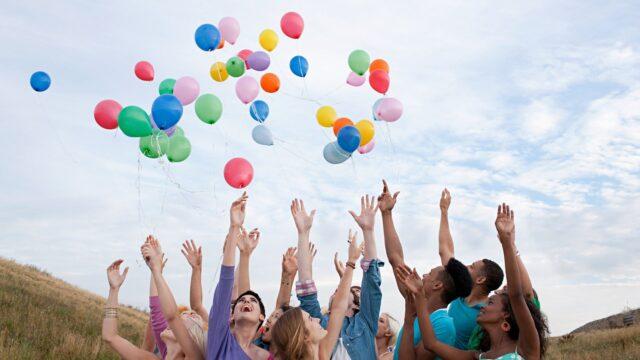 ungdomar ballonger