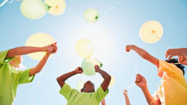 barn ballonger himmel