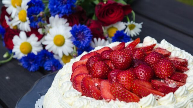 jordgubbar blommor sommar jordgubbstårta