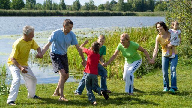 sommar sjö människor gemenskap familj glädje leker