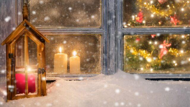 jul julgran gran fönster vinter ljus snö snöar
